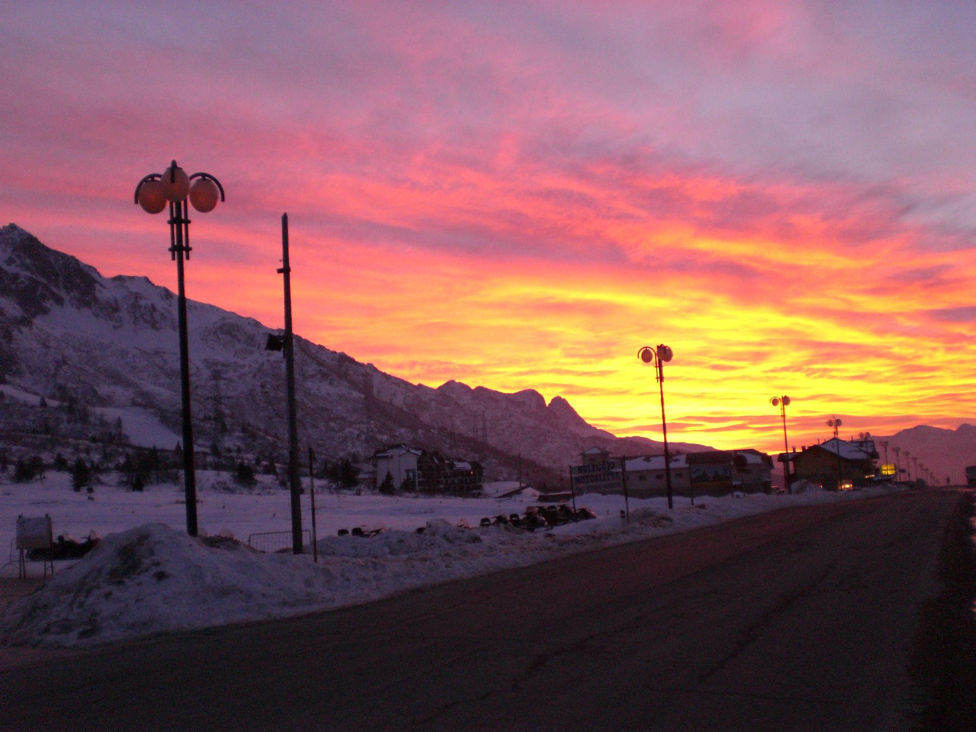 tramonto bellissimo in montagna dal Tonale foto di tramonti foto tramonto nuvole al tramonto