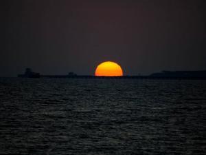 foto di tramonto tramonto Tramonto con sole arancione perfetto sul mare a Latina