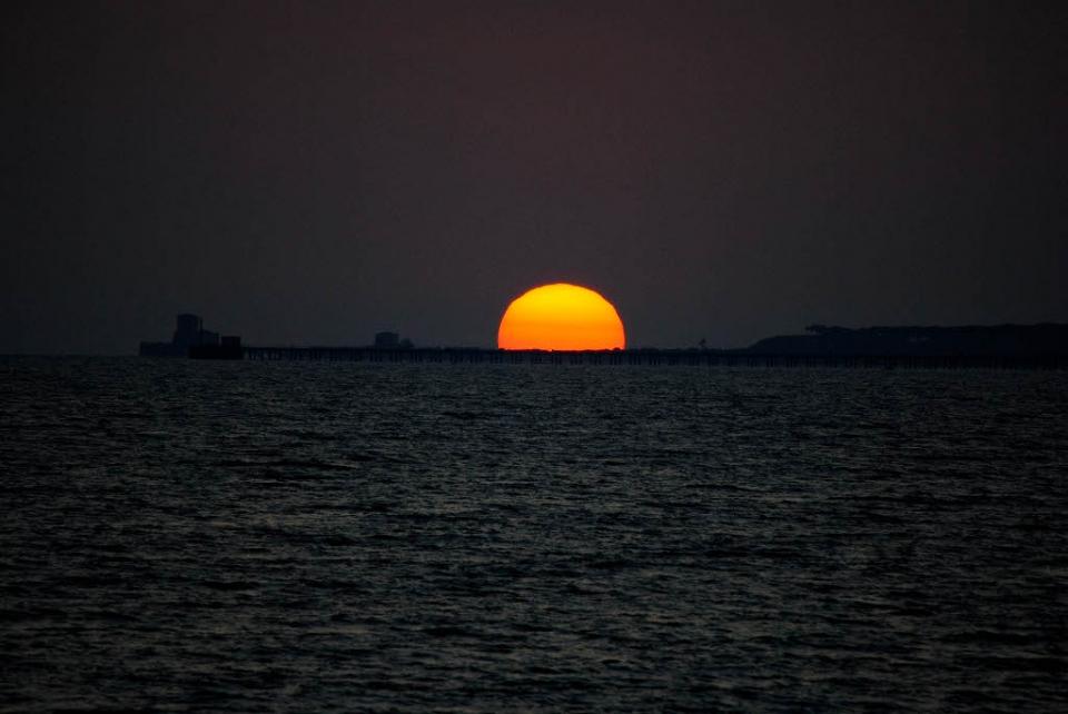 Tramonto sole arancione perfetto sul mare a latina for Foto per desktop mare
