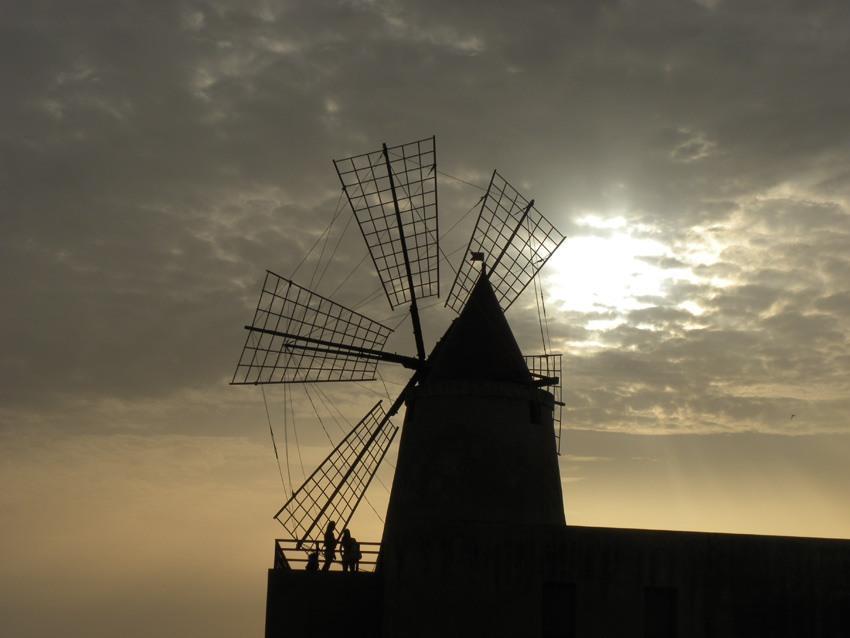 Tramonto alle saline di Marsala Mulino delle saline a Marsala Mozia trapani sicilia tramonto