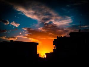 foto di tramonto tramonto Tramonto intenso tra i palazzi