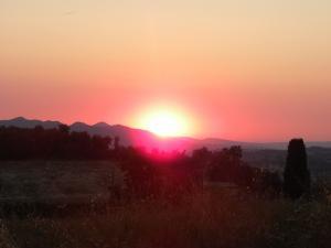 foto di tramonto tramonto tramonto settembrino visto tra i monti dalla Rocca Sillana