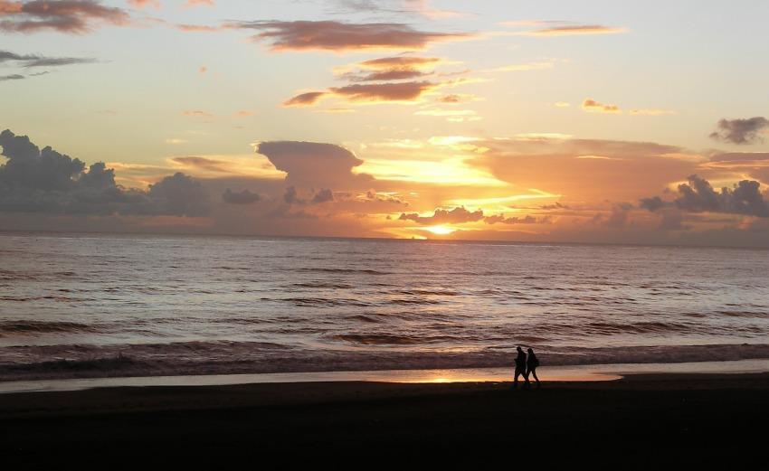 un tramonto sul mare prima della pioggia