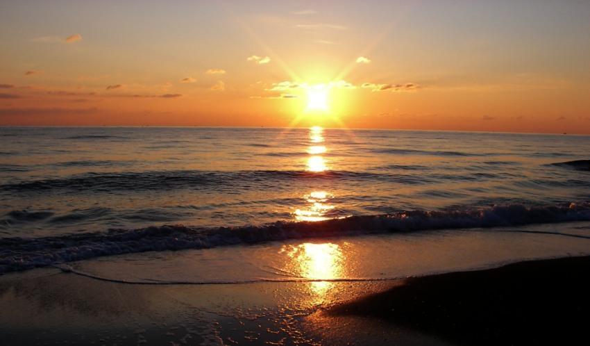 tramonto sul mare ultimi raggi al tramonto foto di tramonti immagini al tramonto spiaggia mare risacca particolare nuovle