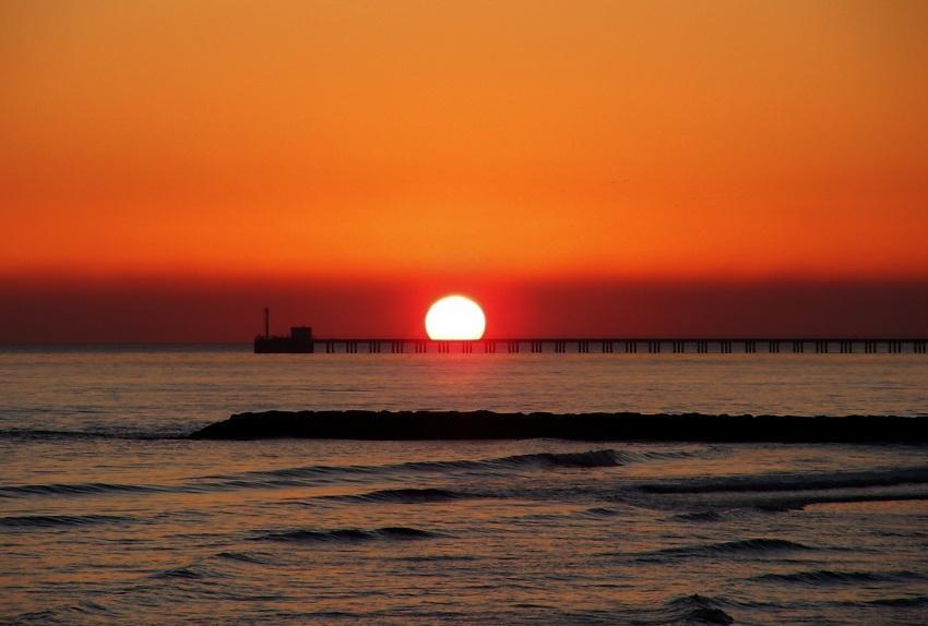 tramonto sul pontile a latina Lido Foce Verde ex pontile della Nucleare foto di tramonti sul mare immagini di tramonti